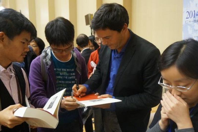 《21世紀資本論》作者皮凱提17日在台大社科院演講,會後並為學生簽書。(王彥喬攝)