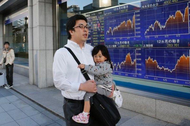 日本經濟出現衰退,「安倍經濟學」重挫,眾議院解散改選,日本政經情勢面臨諸多不確定性。(美聯社)