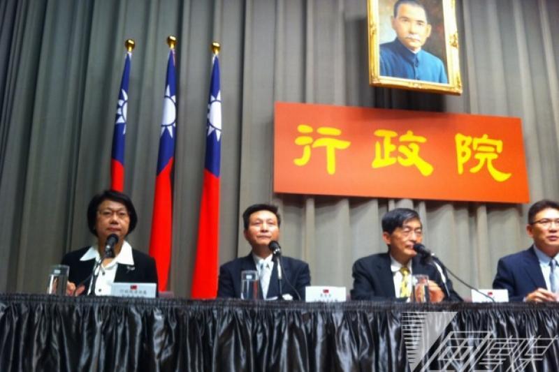 行政院消會消保處處長劉清芳(左一)19日舉行記者會,宣布政院下周起將協助受黑心油之害的消費者求償。(何孟奎攝)