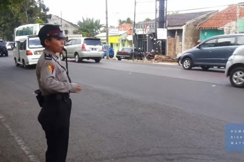 「人權觀察」發表報告指出,申請加入印尼警隊的女性仍需接受所謂的處女檢查(取自YouTube)