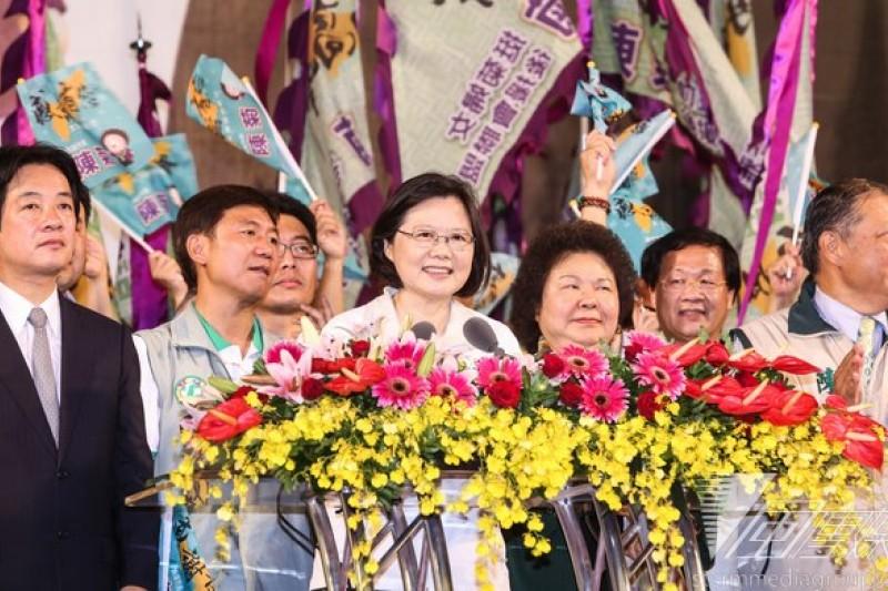 民進黨主席蔡英文21日受訪時表示,只要有助於政策理念的分享,對台北市民的福祉有幫助的話,「我們覺得都很OK啊。」(圖為蔡英文為高雄市長候選人陳菊造勢,林韶安攝)