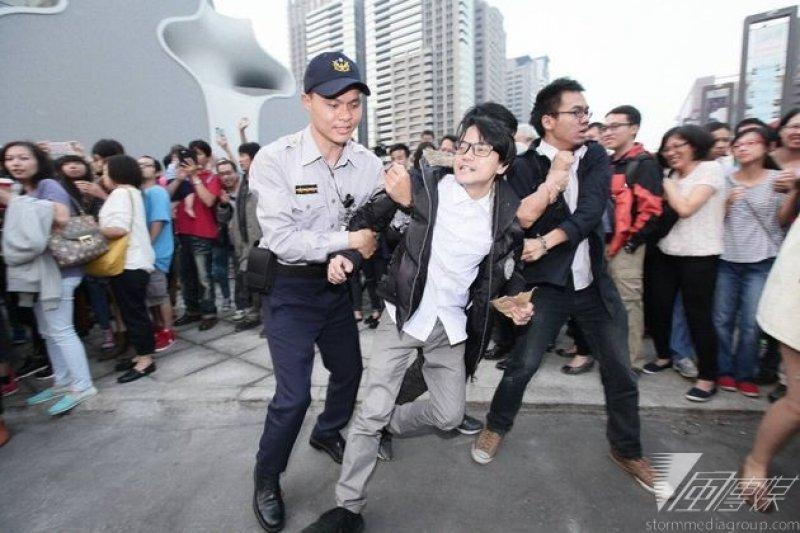 國道收費員自救會,23日南下台中,緊緊跟隨馬英九總統嗆聲。(蕭德洪攝)
