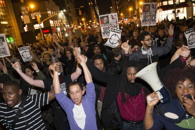 密蘇里這起命案的被告警官竟獲不起訴處分,連紐約的時代廣場也出現抗議人潮。(美聯社)