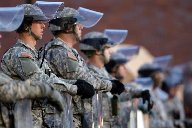 密蘇里州國民兵25日大舉進駐佛格森、聖路易筆力地區,防範種族暴動惡化。(美聯社)
