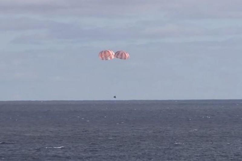 獵戶座太空船降落在太平洋上,完成任務。(取自YouTube)