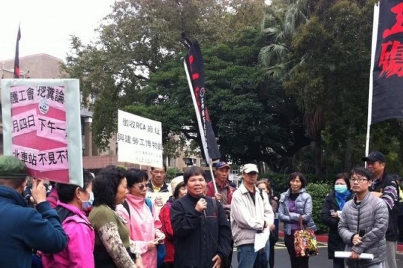RCA受害工人赴政院陳情,邀請毛治國12日前往法庭旁聽。(何孟奎攝)