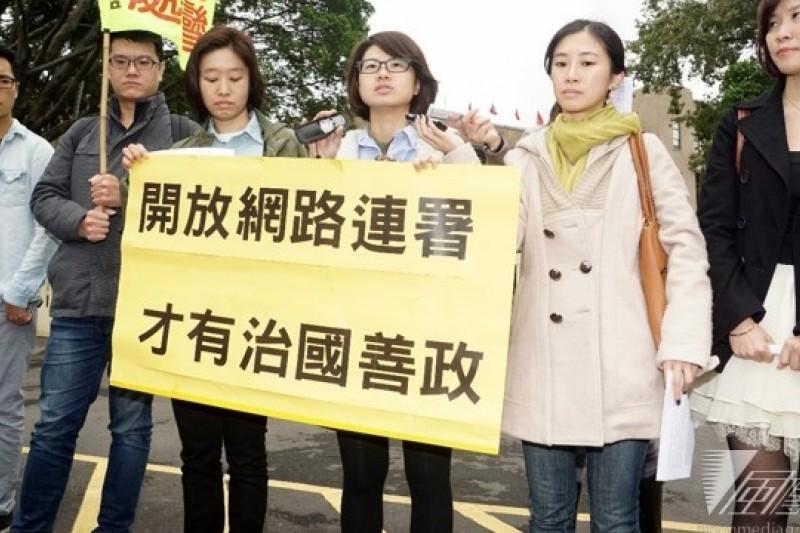 台灣反核行動聯盟召集人高成炎11日到行政院前召開記者會,要求公投、罷免提案等開放網路連署,才是真正重視網路與「婉君(網軍)」,也才能為朝野對立解套。(蘇仲泓攝)