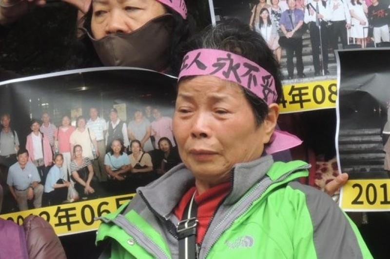 12日上午,RCA員工自救會於台北地方法院前召開記者會說明抗爭歷程。60歲上下的受害員工們合唱抗爭歌曲「美麗的花朵」表達心聲,有受害員工情緒激動淚流不止。(葉瑜娟攝)