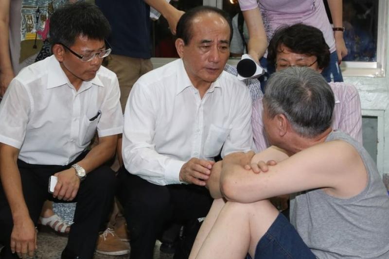 國民黨高雄市長參選人楊秋興(左)抨擊高雄市長陳菊在高雄氣爆發生時救災不力,並自豪自己是最先到場的官員。(資料照,余志偉攝)