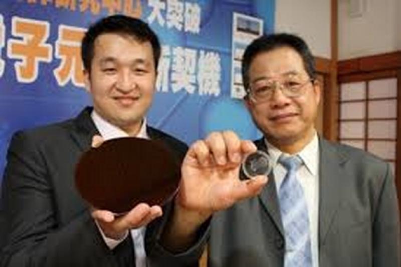交大教授黃國華(右)涉論文造假,遭到科技部重懲。(交大電子報)