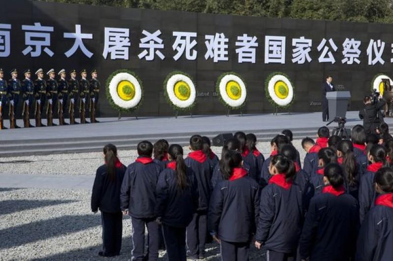 中國首度對南京大屠殺死難者舉行國家公祭。刻有「國家公祭記事」的三足銅鼎(美聯社)