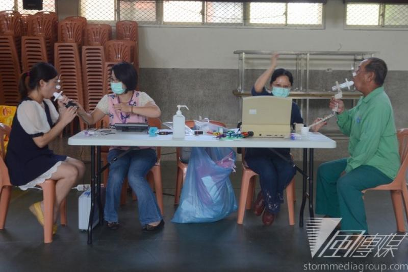 台大公衛學院到麥寮高中對居民進行污染篩檢。(宋小海攝)
