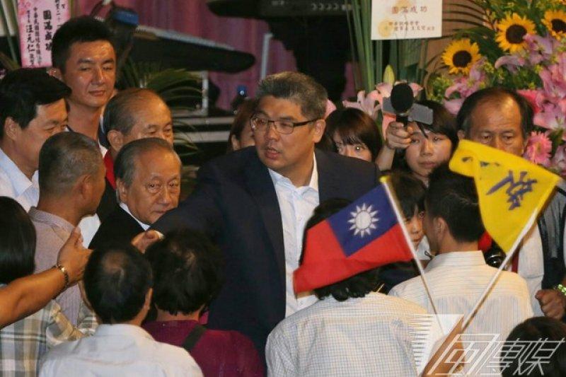 國民黨台北市長參選人連勝文23日出席新黨黨慶大會,受到熱烈歡迎。(余志偉攝)