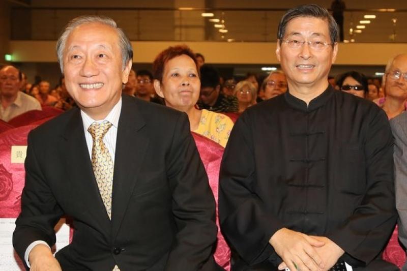 新黨21週年黨慶,白狼張安樂(右)出席向黨主席郁慕明(左)道賀。(余志偉攝)