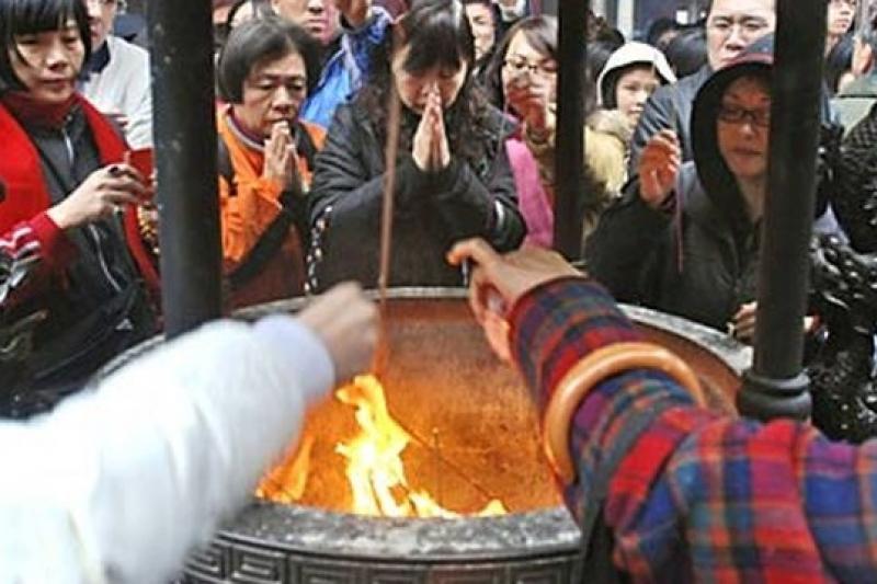 台北行天宮宣布自26日起要收起大香爐,要求信眾以心香代線香,落實環保,過去香火鼎盛的景象將成絕響。(取自BBC中文網)