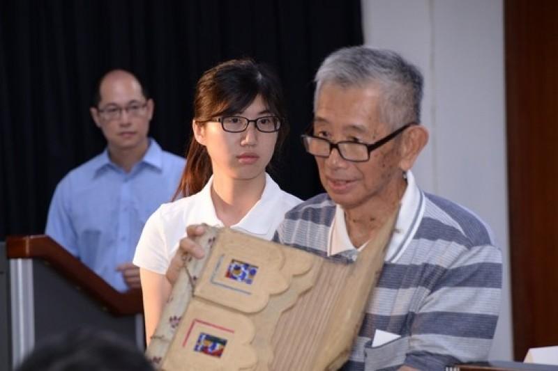 白色恐怖政治受難者許貴標,於文化部「文物藏情」記者會上分享書包的故事。(文化部提供)