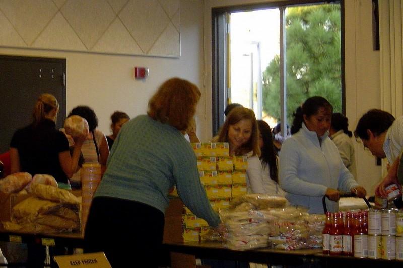 鑑於避免浪費食物,並轉為慈善目的,各國都在推廣食物銀行,圖為美國食物銀行。(取自維基百科)