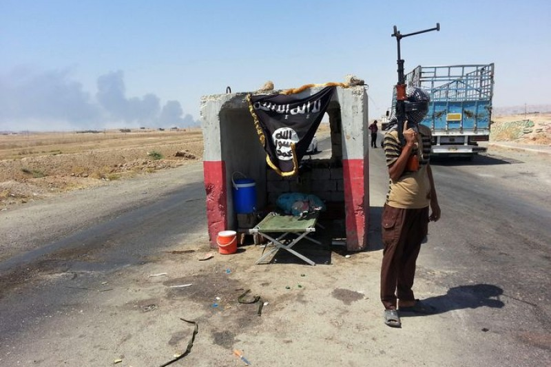 美國自6月中起在伊拉克每天花費逾台幣2億元,圖為6月初佔領伊北油田的IS民兵。(美聯社)