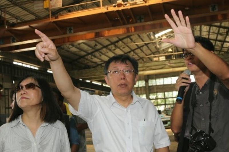 台北市長參選人柯文哲(中)3日花費2小時走訪台北機廠他主張全區保留,不要破壞歷史的紋理。(吳逸驊攝)