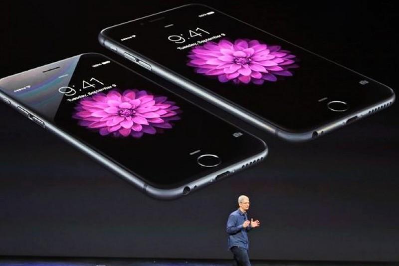 蘋果執行長庫克介紹新款iPhone 6系列。(美聯社)