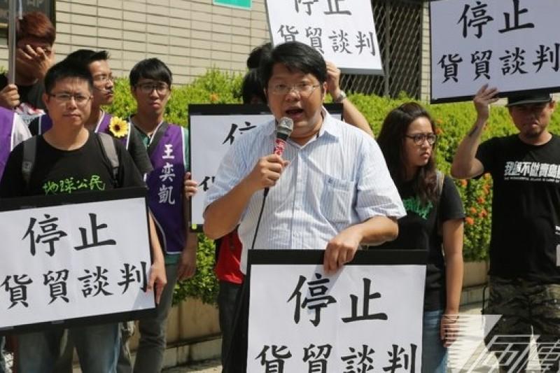 反黑箱服貿民主陣線10日到經濟部前抗議,左二為召集人賴中強。(余志偉攝)