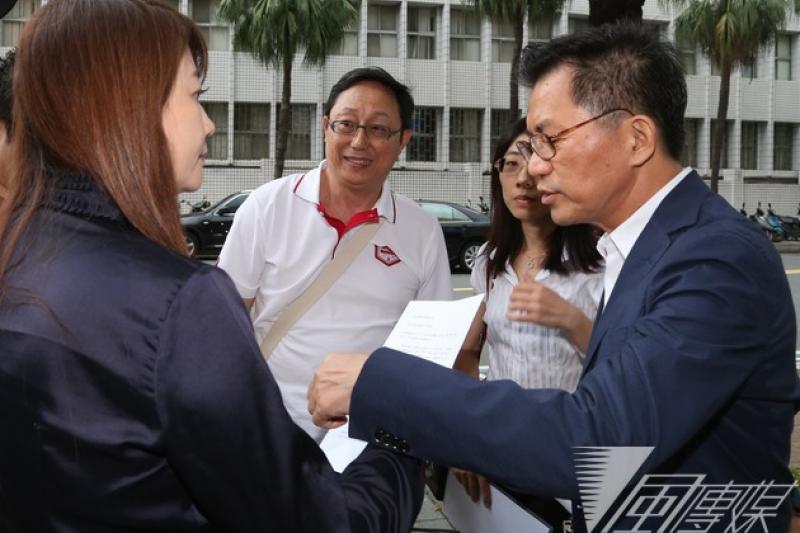柯文哲競選總幹事姚立明(中)10日赴台北地檢署按鈴控告羅淑蕾「誣告」、「妨害名譽」、「意圖使人不當選」。(余志偉攝)