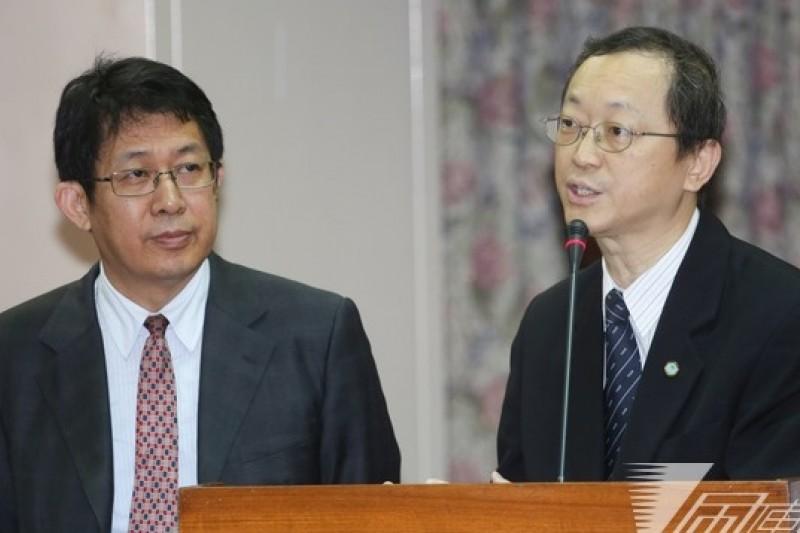 香港金寶運賣給強冠飼料豬油,卻謊稱食用豬油,衛福部次長許銘能(右)11日行政院會後記者會表示,未來將加強邊境管理。(資料照片,余志偉攝)