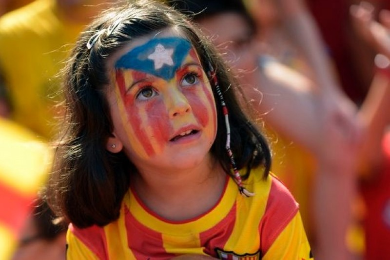 加泰隆尼亞民眾11日扶老攜幼,為爭取獨立走上街頭。(美聯社)