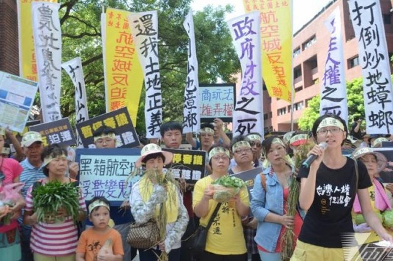 反對政府為了興建桃園航空城第三跑道強行徵收民地,多個公民團體今到桃園地景藝術節的「月兔」前抗議。圖為反迫遷民眾7月時的抗議現場。(資料照片,宋小海攝)