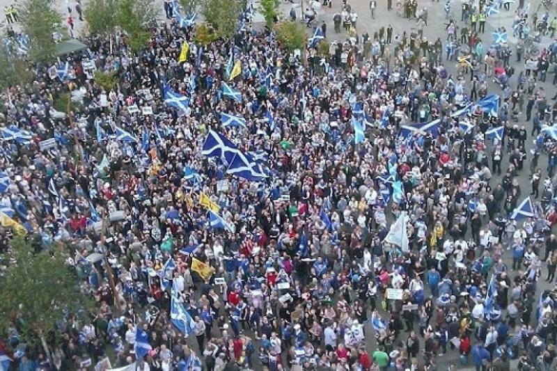 包圍BBC蘇格蘭總部的抗議民眾(BBC Scotland官方推特)