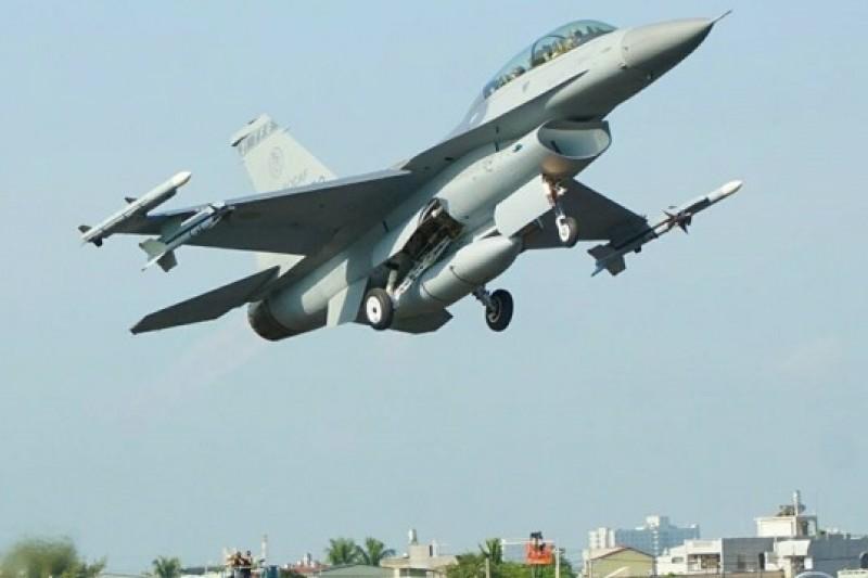 空軍F-16戰機是這次民雄戰備道起降演練的領航機,最先降落也最先起飛。(蘇仲泓攝)