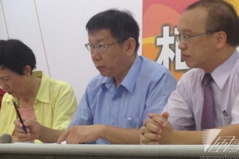 無黨籍台北市長參選人柯文哲(右二)16日表示,他主張提高每餐食材費10元,從現行50元增為60元,預計年增3.7億元預算,原則上全由市府支出。(王立柔攝)