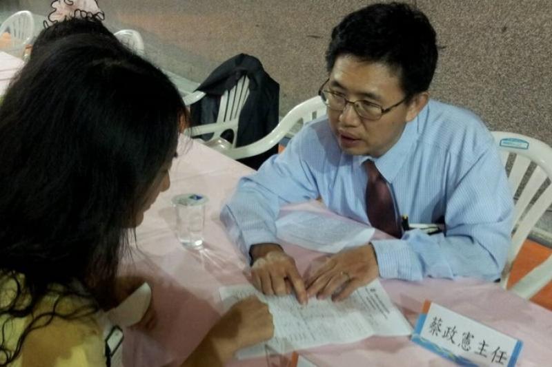 針對六輕學童曝癌危機,國衛院18日再度南下開說明會,向家長及校方解釋檢驗報告內容。(立委劉建國辦公室提供)