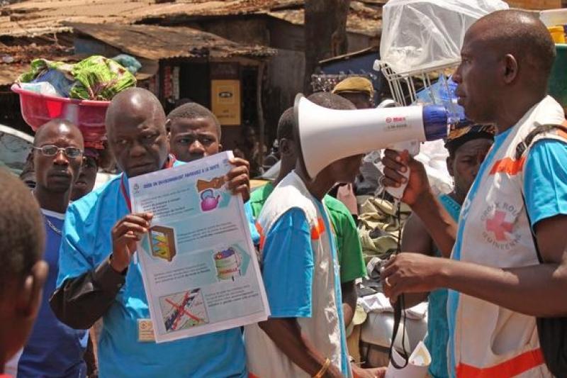 西非各國公衛人員是對抗伊波拉疫情的尖兵,然而不僅要冒被感染的風險,還可能遭到暴民攻擊殺害。(美聯社)