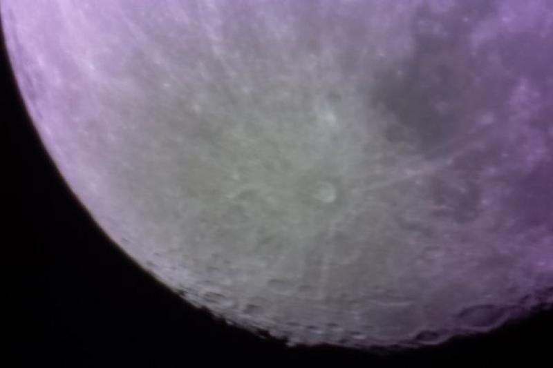 英國雪菲爾大學研究團隊以3D列印望遠鏡拍出月球表面照。(取自雪菲爾大學官網)