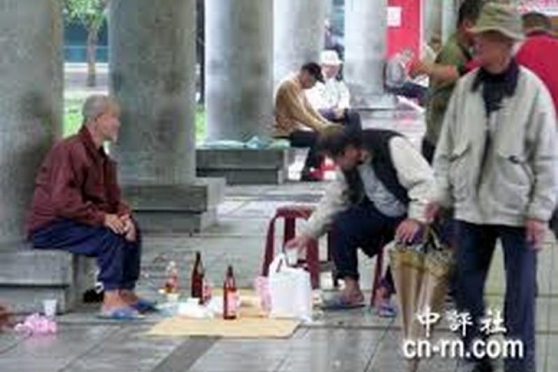 台北市龍山寺前附近的遊民現象,反映的是複雜的社會問題,台北市長參選人柯文哲24日上「PTT鄉民有約」節目時,也被問到這個問題。(中評社)