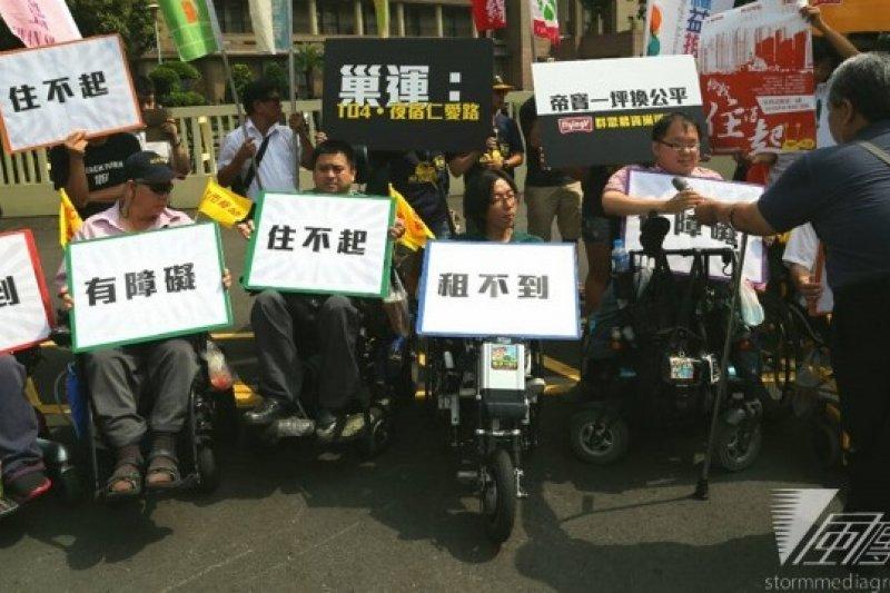 多個身心障礙團體26日到行政院前抗議,指身障人士租屋困難多,除了租金高昂、環境不友善,更常被房東列為拒絕往來戶,他們表示也將加入巢運104夜宿活動。(余志偉攝)
