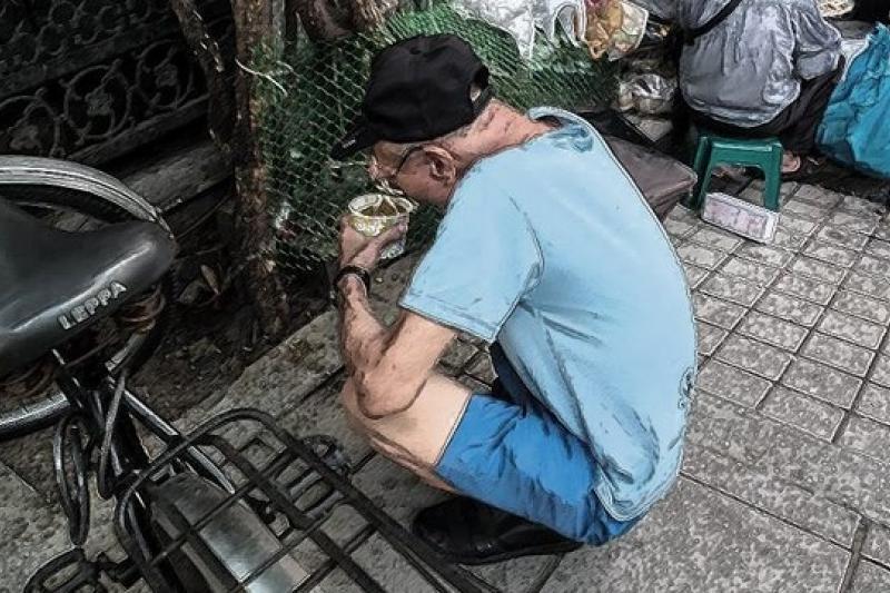 芒草心慈善協會於26日起,在台北舉辦為期3天「貧窮體驗營─讓街友帶你去流浪」的活動,讓體驗者反思無家可歸者形成的結構性因素,找出協助之道。(取自芒草心慈善協會臉書)