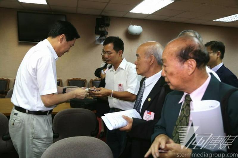 反對同性婚姻的護家盟26日拜訪國民黨立院黨團,由黨鞭費鴻泰接待。(余志偉攝)