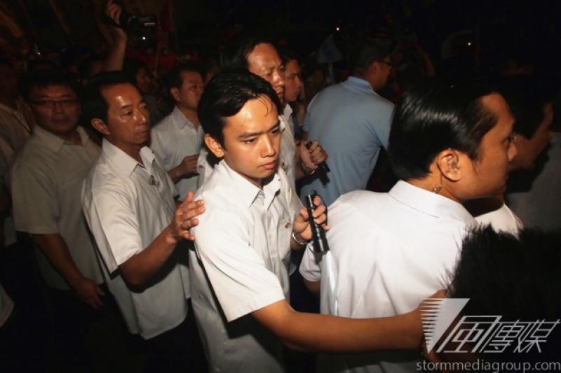 總統馬英九昨日被丟書,他今天出席國民黨台北市長參選人連勝文競選總部成立晚會時,維安加強。(林韶安攝)