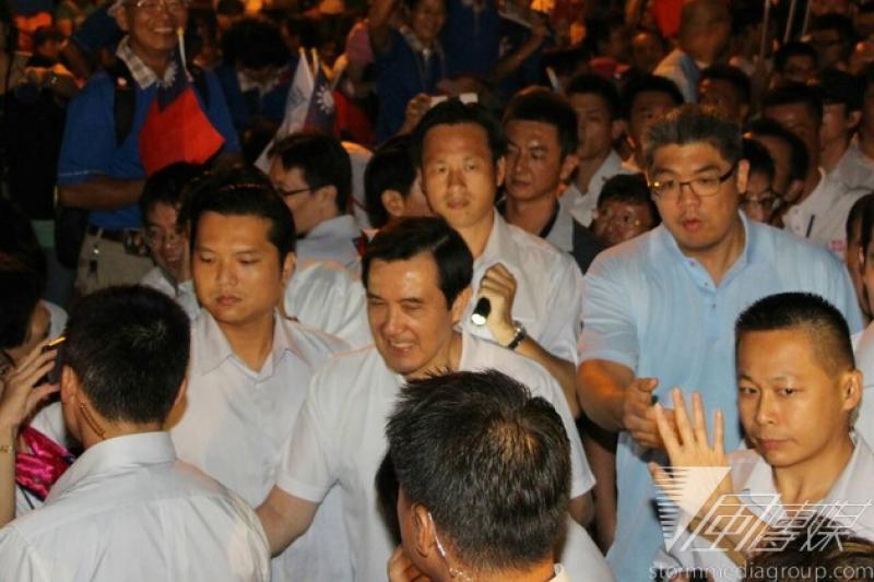總統馬英九昨日被丟書,他今天出席國民黨台北市長參選人連勝文競選總部成立晚會時,維安加強。(葉信菉攝)
