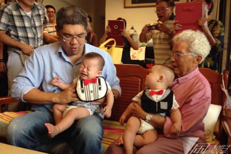 國民黨台北市長參選人連勝文2日到高齡112歲的人瑞葉楊美芬家中做客,與葉楊秀芬相談甚歡,並發表老人政策。(羅暐智攝)