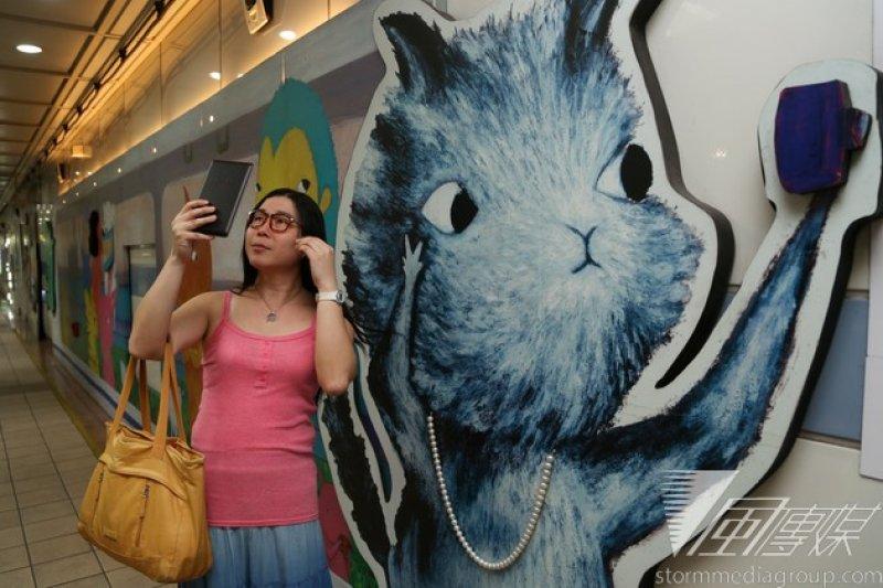 風傳媒跟訪葉若瑛半日,她很開心,暴雨天的下午準時赴約,在台北市忠孝復興捷運站的地下街站定,一會兒微勾小腿,一會兒撫弄長髮,有姿勢也有架勢。(余志偉攝)