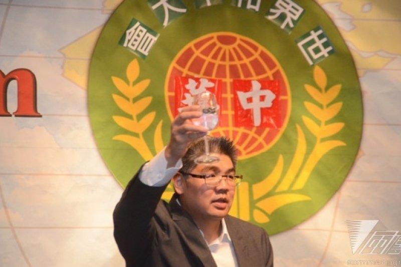 國民黨台北市長參選人連勝文8日出席世界和平大會。◎飲酒過量,有礙健康◎(宋小海攝)