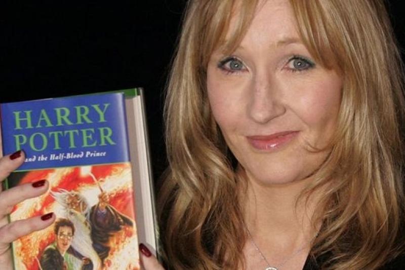 羅琳日前出謎題,粉絲認為答案就是:「哈利回來了。」(美聯社)