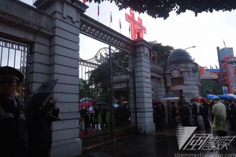 民國103年國慶酒會10日晚間在台北賓館舉行,但因下大雨,讓排隊等候安檢的外賓相當狼狽。(蘇仲泓攝)