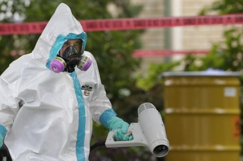 德州公衛人員對第一位遭傳染護士的住家進行消毒(美聯社)