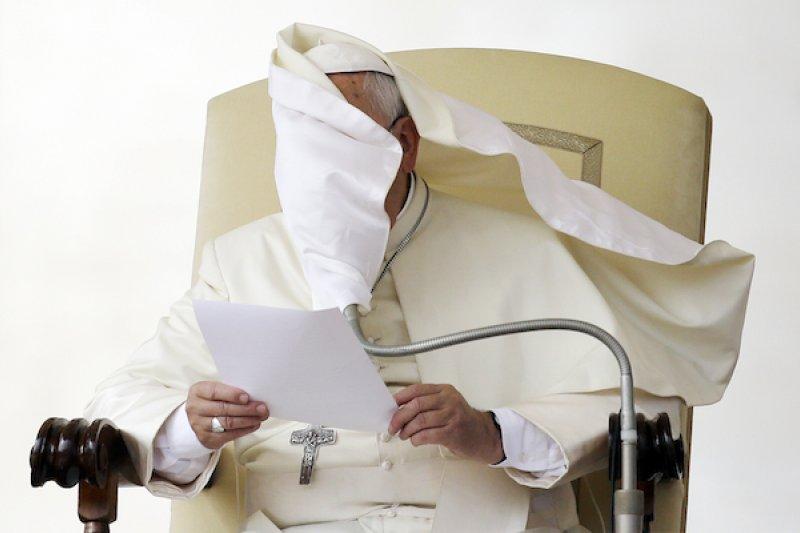 方濟各擁抱同性戀等無法符合教義規範的信徒,部分樞機主教仍有遲疑。(美聯社)