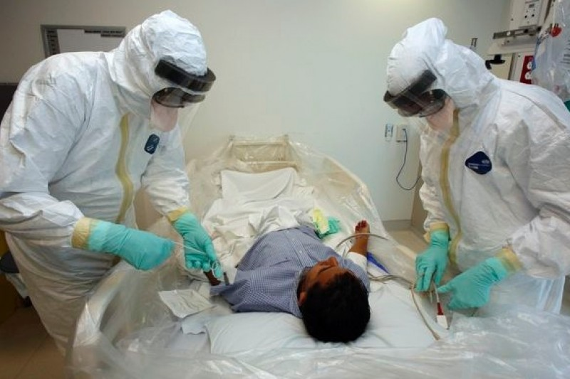 美國加州的醫護人員穿戴全副裝備,演練如何照顧伊波拉病患。(美聯社)