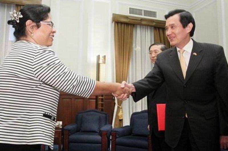 對於金援吉國的款項遭A走,吉里巴斯駐台大使游黛姤(左)表示應是「網路詐騙」。圖為2013年6月游黛姤向馬英九總統呈遞到任國書。(取自總統府網站)